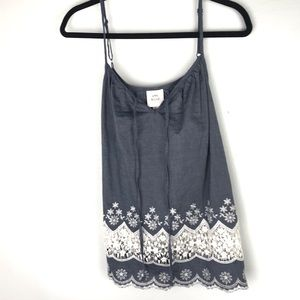 Feminine crocheted tank top with details. LARGE